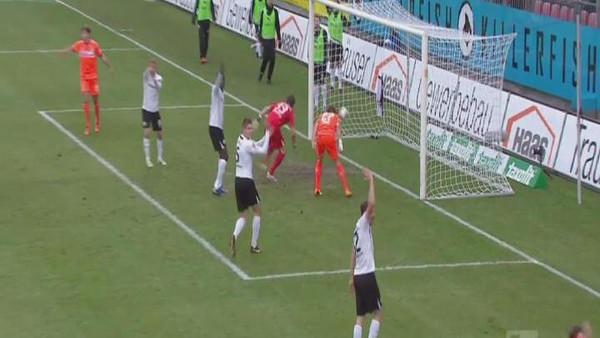 لاعب ألماني أحرز هدفاً بيده